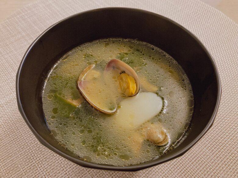 アサリ入りのワカメ餅スープ